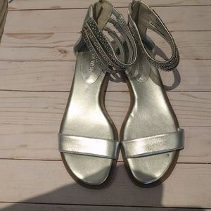Silver flat sandals by Nine West 👠🍀👠